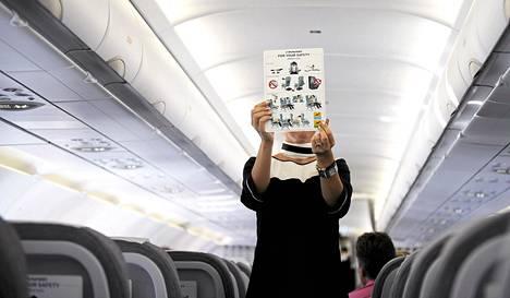 Lentoemäntä esitteli turvaohjeita Finnairin lentokoneessa Hampurissa syyskuun alussa.