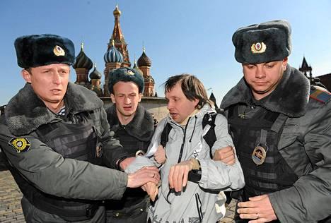 Poliisit pidättivät vankien vapauttamista vaatinutta aktivistia Punaisella torilla lauantaina.