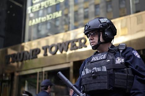 Poliisi vartioi lauantaina Trump Toweria New Yorkin Manhattanilla.