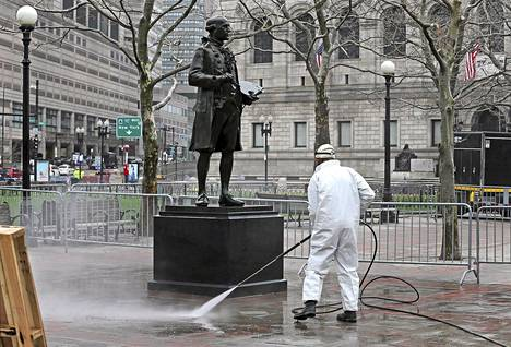 Bostonin puistotyöntekijä puhdisti Boylton Streetiä kun kaupunki valmistautui kadun avaamiseen tiistaina. Katu on ollut suljettuna Bostonin maratonilla tapahtuneen pommi-iskun jälkeen.