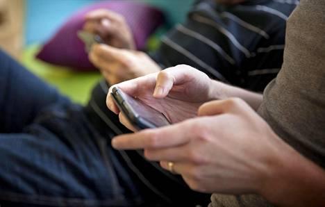 Vanhempien älypuhelinten käyttö puhuttaa.