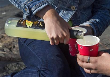 Nuorten juominen on vaikeutunut, koska vanhemmat pitävä puhelimitse jatkuvasti yhteyttä.