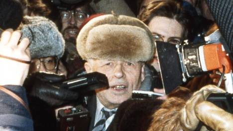 Andrei Saharov sai palata Moskovaan 23. joulukuuta 1986. Vastassa oli suuri joukko toimittajia ja kuvaajia.