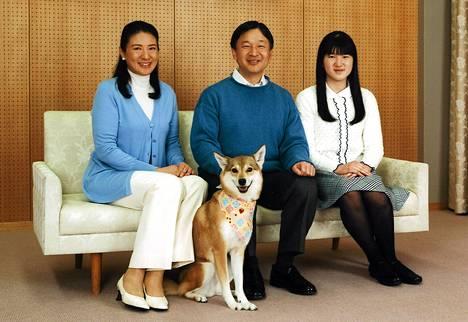 Japanin kruununprinssi Naruhito poseerasi hovin valokuvaajalle vaimonsa Masakon, tyttärensä Aikon ja koiransa Yurin kanssa Togun palatsissa Tokiossa maanantaina 55-vuotissyntymäpäivänään.