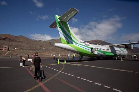 Lentomatkustajat joutuivat pitämään turvavälejä noustessaan koneeseen Kanariansaariin kuuluvalla El Hierron saarella 11. toukokuuta.
