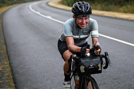 Saksalainen syöpätutkija Fiona Kolbinger ajoi pyöräilyn ultrakilpailun ylivoimaiseen voittoon.