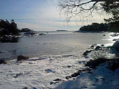 Luistelijoiden hengen pelastanut Janne Hemberg kuvasi sunnuntaina avovettä Miessaaren ja Pyöräsaaren välisessä salmessa Espoon saaristossa.