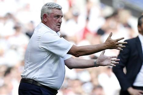 Steve Bruce Aston Villan managerina ottelussa Fulhamia vastaan toukokuussa 2018.