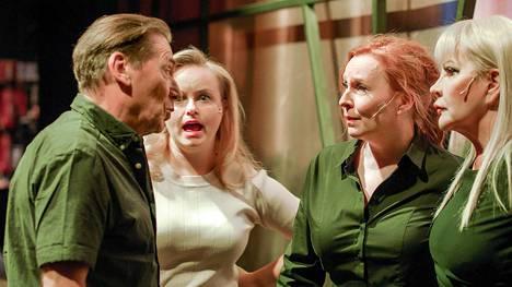 Näyttämömestari Jokke (Matti Onnismaa) ja näyttelijät Suvi (Emilia Sinisalo), Eeva (Heli Sutela) ja Juulia (Hannele Lauri) neuvottelevat.