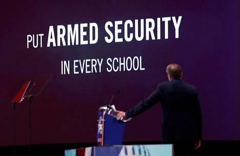 Asejärjestö NRA:n johtaja Wayne LaPierre vaati konservatiivien poliittisessa konferenssissa aseistettuja vartijoita kaikkiin kouluihin helmikuussa Marylandissa.