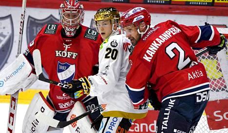 IFK:n maalivahti Markus Ruusu koki kovia Kärppiä vastaan. Maalinedusruuhkassa Kärppien Aleksi Heponiemi ja Markus Kankaanperä.
