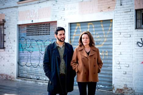Espanjan Fuengirolassa Hilkka Mäntymäki (Riitta Havukainen) saa työparikseen Andrés Villanuevan (Fran Perea).