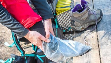Muovipussi suojaa sukkaa kosteudelta, vaikka kenkä olisi kastunut.