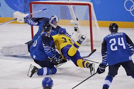 Ruotsin Patrik Zackrisson löi voittomaalin vaakatasosta Atte Ohtamaan ja Mikko Koskisen edestä.