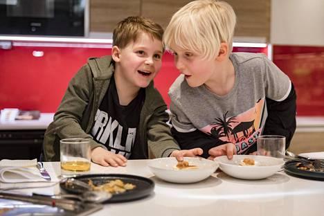 Valdemar Saloniemi (vasemmalla) ja Niko Smith saivat jälkiruuaksi leipäjuustoa, lakkamarjoja ja parfait-jäädykettä.