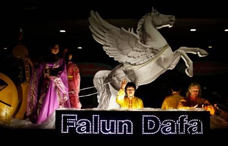 Falun Gong -liikkeen jäsenet osallistuivat kiinalaisen uudenvuoden paraatiin omalla lavallaan Sydneyssä 2. helmikuuta.
