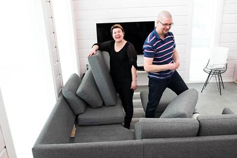 Sisäilmaongelmista kärsineet Kai ja Päivi Lempiäinen ovat nyt onnellisia. Uusi koti hääti oireet. Sohvassa ei ole käytetty lian- ja palonestoaineita, jotka aiheuttivat oireilua perheenjäsenille.