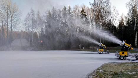 Lumetus onnistui Oittaalla tiistaina aamupäivällä jo noin yhden asteen pakkasessa, koska ilma oli niin kuivaa.