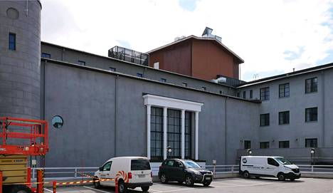 Viereinen parkkihalli on rakennettu keskelle Valtiontalon vanhaa sisäpihaa. Vasemmalla näkyy suojeluskunnan säilynyt signaalitorni.