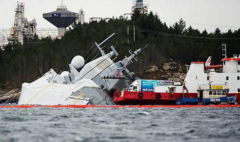 Norjalainen fregatti Helge Ingstad oli vuotavana rantavedessä Norjan Øygardenissa lauantaina.