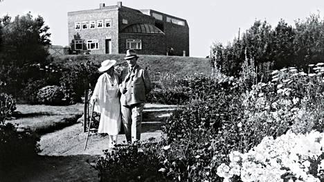 Turun taidemuseon näyttely on toteutettu yhteistyössä Seebüllissä toimivan Nolde Stiftungin kanssa. Kuvassa Ada ja Emil Nolde puutarhassaan.