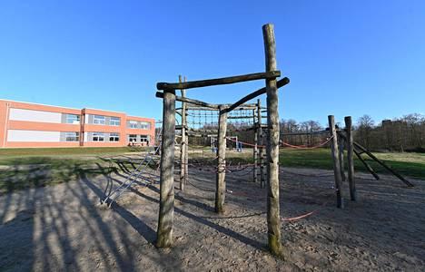 Suljetun koulun piha Luenburgissa Saksassa.