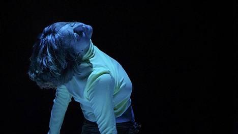 Nykytanssiteos Grâce on tunnin mittainen ja sitä esitetään Kiasma-teatterissa.