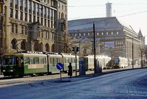 Raitiovaunuja Helsingin keskustassa helmikuun alkupuolella.