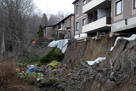 Rinne on sortunut lähes kauttaaltaan ja jättänyt näkyviin talon perustukset.
