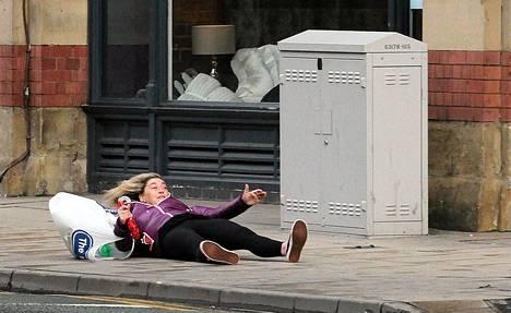 Tuuli heitti naisen kirjaimellisesti katuun Manchesterin keskustassa torstaina.