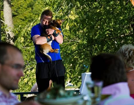 """""""Tusse tuhmeroinen"""", supitti Paavo Kuronen Tusse-koiransa korvaan. Suorituksen jälkeen Kuronen siteerasi entistä jääkiekkoilijaa Timo Jutilaa ja kuvaili tavoitelleensa yleisön """"kokonaisvaltaista rillaamista, ilman g:tä""""."""