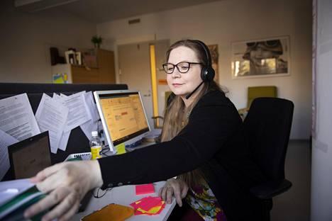 Inkeri Vierusen mukaan korona-aika on näkynyt hänen työpaikallaan Espoon lastensuojelussa esimerkiksi niin, että päivystykseen tulee paljon soittoja toimintaohjeita kyseleviltä huolestuneilta opettajilta.