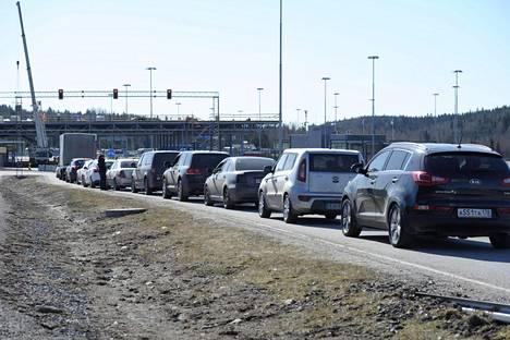 Autot jonottavat Nuijamaan raja-asemalla Lappeenrannassa.