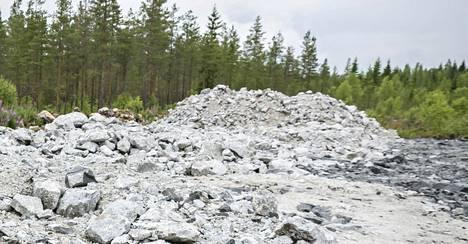 Suomalainen kaivos- ja kemianteollisuuden yhtiö Keliber on saamassa noin 40 miljoonan euron rahoituksen. Kuvassa näkyvässä vaaleassa kivessä on litiumia sisältävää spodumeenimalmia.