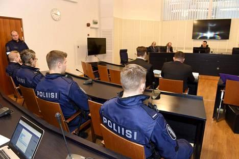 Rivillinen poliiseja seurasi tilannetta Veli Matti Huohvanaisen (vas.) ja hänen puolustajansa Ilkka Ukkosen takana oikeussalissa, kun Itä-Uudenmaan käräjäoikeus alkoi helmikuun alussa käsitellä rikollisvaikuttaja Raimo Anderssonin väkivaltaista kuolemaa.