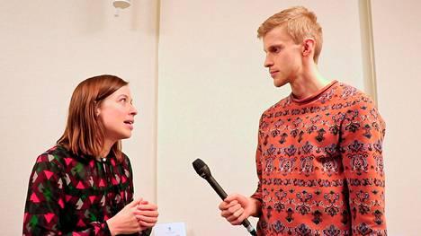 Roni Back haastatteli videotaan varten muun muassa opetusministeri Li Anderssonia.