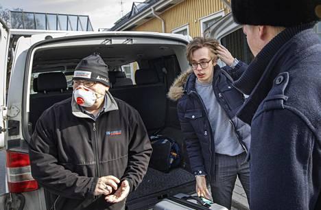 Mariinski-teatterin tanssija Marko Juusela (kesk.) päätti itse lähteä Suomeen, kun teatterin henkilökunta siirtyi lomille.