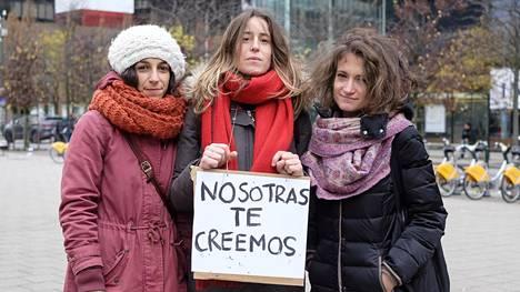 """Espanjalaiset Sara Aguirre (vas.) ja Marta Mateos Revuelta sekä italialainen Elisa Gava kertovat, että seksuaalinen häirintä on yleistä Brysselin kaduilla. Kyltissä lukee espanjaksi """"me uskomme sinua"""", millä viitataan Espanjaa kuohuttavan raiskaustapauksen uhriin."""
