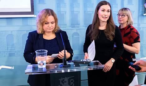 Pääministeri Sanna Marin (sd) ja perhe- ja peruspalveluministeri Krista Kiuru (sd) hallituksen koronavirusta koskevassa tiedotustilaisuudessa 12. maaliskuuta.