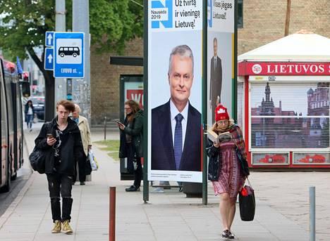 Katunäkymä Vilnasta lauantaina. Taustalla on presidenttiehdokas Gitanas Nausėdan kampanjajuliste.