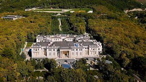 Ilmakuva palatsista, jossa on kolme kerrosta ja yli 17 000 neliömetriä.