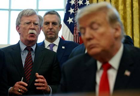 John Bolton (vas.) ja presidentti Donald Trump Valkoisessa talossa helmikuussa.