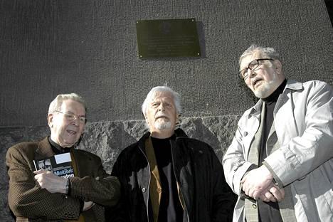 Pentti Siimes, Matti Ranin ja Matti Kassila Komisario Palmu -muistolaatan paljastustilaisuudessa toukokuussa 2005.