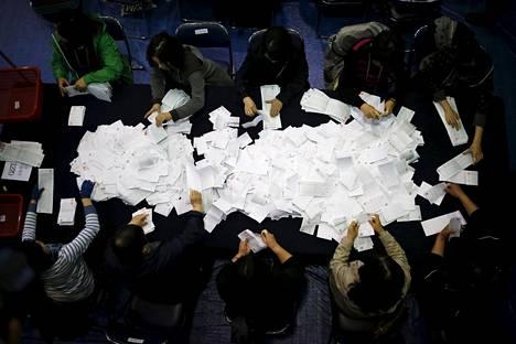 Etelä-Korean pääkaupungissa Soulissa laskettiin vaalituloksia keskiviikkona.
