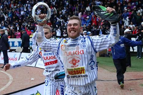 Mikko Kanala juhli Vimpelin Vedon Suomen mestaruutta Saarikentällä syyskuussa 2016.