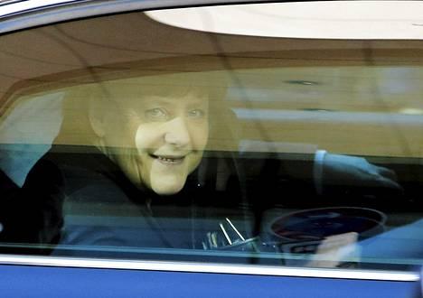 Angela Merkel saapui hallitusneuvotteluihin Berliinissä tiistaina.