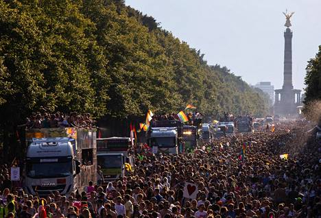 Ihmiset marssivat sukupuoli- ja seksuaalivähemmistöjen yhtälaisten oikeuksien puolesta Berliinissä heinäkuussa.