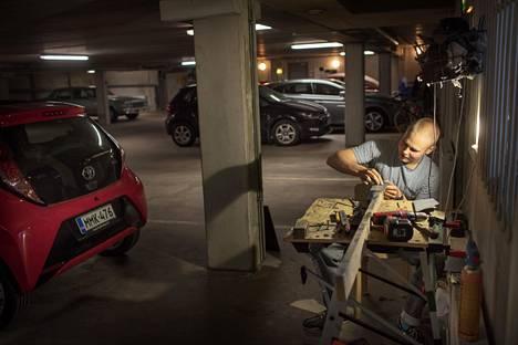 Kulosaarelaisen rivitalon autotallissa on Oskari Tammisen verstas.
