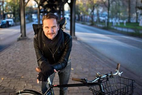 Perttu Ratilainen kehittää Berliinissä urbaania pyöräilykaistaa Radbahnia Berliinin vanhimman metrolinjan U1:n rakenteiden alle.