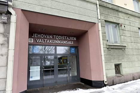 Jehovan todistajat on laajentanut Helsingissä Mannerheimintien kokouspaikkaa samalla kun useita valtakunnansaleja on myyty.